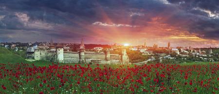 historians: costruzione in storici e turisti Kamyantse_Podolskom-pi� famosi e rispettati. Giorno e notte si adorna la collina, sulla quale si trova, nella splendida cornice della citt�