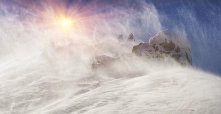 冬は登山やトレッキング中止極端な方に危険を提起ひどい嵐ブリザード ハリケーン フラグ マークを倒して、雪嵐カルパティア山脈 Smotrych の上にあ