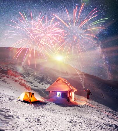 アルパイン避難者はモンテネグロ リッジの背景に Goverla - ウクライナの最も高いピークに上昇を祝っています。ハリケーンはそれに雪を掃引が、そ