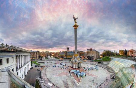 キエフ, ウクライナ、2015 年 4 月 20 日: 記念碑、ステラ、Institutskaya 通り、ATO の写真の展示、スターリン、近代建築と独立広場の背景の夕景