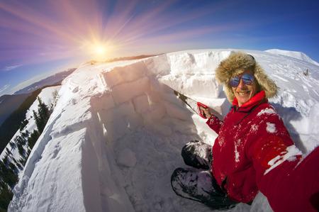 -山ハイキング イグルーを構築する人々 に列車 - ウクライナのカルパチア山脈は雪、エスキモーのような家です。保護されていないテントを破壊す 写真素材