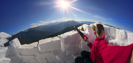 esquimales: Cárpatos ucranianos - una caminata de montaña capacita a las personas para construir el iglú - casa de nieve como los esquimales. refugio seguro durante las tormentas de invierno huracanes que destruyen tiendas de campaña no protegidos