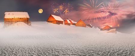 ブリザードでは、ウクライナのカルパチア山脈の草原が羊飼いを覆われています。黄金光納屋および家の羊飼い - 寒い冬と山の峰の背景に霜を美し 写真素材