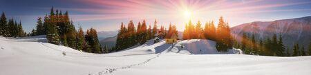 Oekraïne, Karpaten - bergtempel van de christen, biddende herders in zomer- en winterreizigers alleen toeristen komen ten strijde. Tegen de achtergrond van de bergen zijn prachtige houten gebouwen