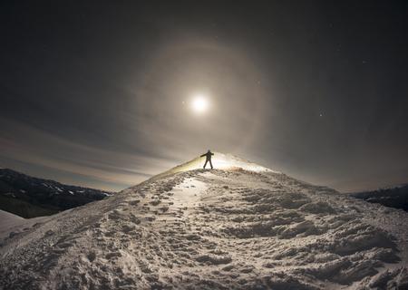 매우 신비로운 환상적인 보름달 설 공간 높은 산 우크라이나 - 우크라이나어 Carpathians, 바람, 눈보라, 폭풍 및 폭설에 의해 장식 패턴 및 수치에 의해 새