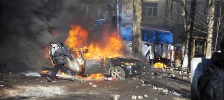 ウクライナ、キエフ、2014 年 2 月 18 日: 市電源ハーネスのタイヤと車の警察との競合している市民の暴動はヨーロッパでは、自分たちの権利のために