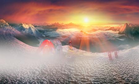 cherish: Sulle cime delle montagne innevate alpinisti e turisti, viaggiatori stabilire tende moderna in tempo complesso proteggono e nutrono la loro vita e la salute, fornendo comfort e la sicurezza della tempesta.
