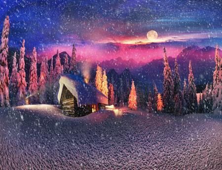 El subir a la montaña salvaje turismo alpino a una cabaña abandonada, con el fin de iluminar el dosel de abeto cubierto de nieve durante la salida de la luna, puesta de la luna, para ver la primera estrella de la Navidad en el Carpathians.In el cielo helado de chispas estufa sobrecalentados de ...