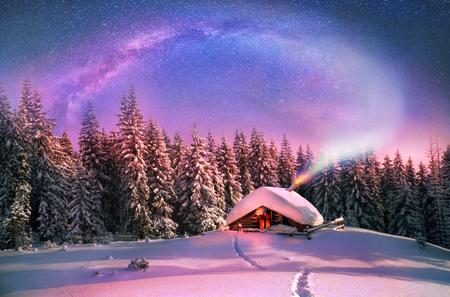 月の出、月の入り、過熱したストーブから冷ややかな空の火花 Carpathians.In のクリスマスの最初のスターを見るために雪に覆われたトウヒ キャノピー