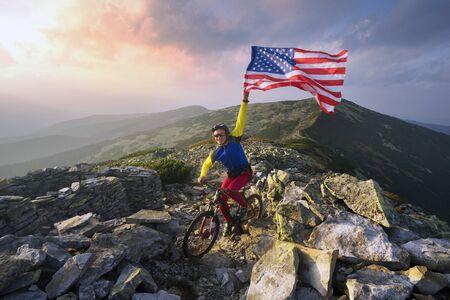 アメリカのレーサー秋のマラソン ルートは、野生の山の観光ルートを通過し、要塞塹壕掘って米国旗アメリカ合衆国で最初の世界大戦