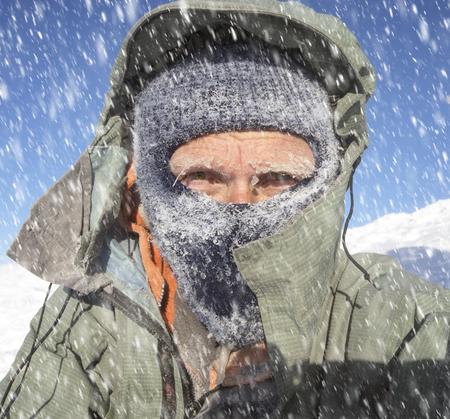有名な - 困難な気象条件の新年 Hoverla の高い山を登り休憩ハイカー ブリザード霧雪と風嵐厳しい悪天候で凍傷