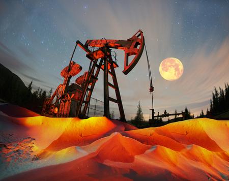 La bomba de aceite retro clásico bajo las estrellas en la montaña con sistema de iluminación producción de gas Synechka aceite en Ucrania un viejo antiguo método de producción de hidrocarburos materias primas químicas Foto de archivo