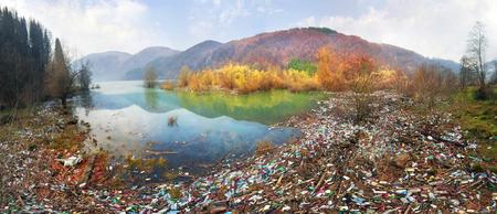 Pobre cultura de consumo para lograr el progreso de la civilización moderna da un impacto negativo en la naturaleza circundante. Catástrofe ecológica en el fondo de los Cárpatos Foto de archivo