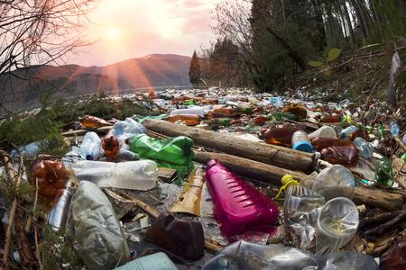 現代文明の進歩を達成するために消費の貧しい人々 の培養は、周囲の自然に負の影響を与えます。カルパティア山脈の背景に生態学的大惨事 写真素材