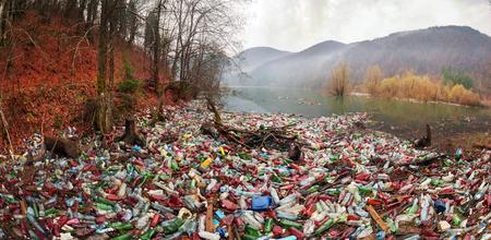 La pobre cultura de consumo para lograr el progreso de la civilización moderna tiene un impacto negativo en la naturaleza circundante. Catástrofe ecológica en el fondo de los Cárpatos. Foto de archivo
