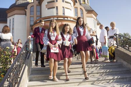 우크라이나, Ivano-Frankivsk, 2017 년 9 월 1 일 : 전통적인 자 수 의상을 입고 학년 첫 학년 수업에 간다. 우크라이나 문법 학교의 학년 시작