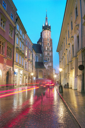 Market Square with the famous tourists of the architecture of Eastern Europe and the sights of the ancient city. Krakow Autumn with a cold rain in the center before the beginning of winter Imagens
