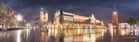 Market Square with the famous tourists of the architecture of Eastern Europe and the sights of the ancient city. Krakow Autumn with a cold rain in the center before the beginning of winter 新聞圖片