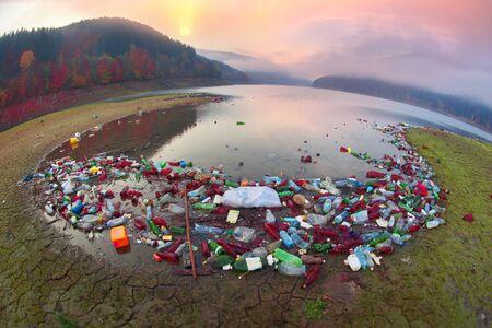 Enorme plastic brokstukken in de Karpaten in de ecologische probleemzone symboliseren het menselijk leven in de wereld van de industriële revolutie in landen met een lage cultuurcultuur in de natuur Stockfoto