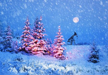 Tag und Nacht, in einem strengen Frost und einem Schneesturm, ein Schneesturm im Winter in der Ukraine elektrische Bergpumpen Ölpumpe Öl Gas ist ein wertvoller Rohstoff für die Energie chemische Industrie