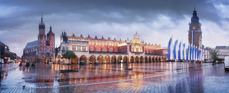 Market Square with the famous tourists of the architecture of Eastern Europe and the sights of the ancient city. Krakow Autumn with a cold rain in the center before the beginning of winter Éditoriale