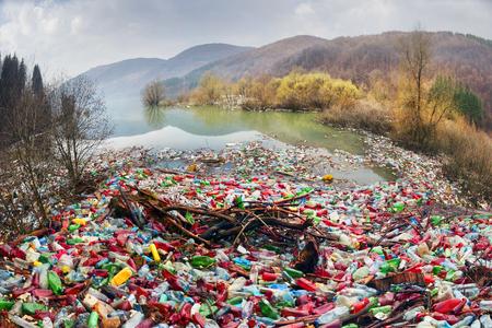 une mauvaise culture de consommation pour réaliser les progrès de la civilisation moderne a un impact négatif sur la nature environnante. Catastrophe écologique en arrière-plan des Carpates