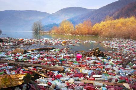 la scarsa cultura del consumo per raggiungere i progressi della civiltà moderna ha un impatto negativo sulla natura circostante. Catastrofe ecologica sullo sfondo dei Carpazi