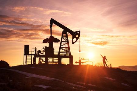 W ukraińskich Karpatach klasyczna technologia wydobycia ropy i gazu za pomocą pomp elektrycznych na tle wiecznego piękna wschodu słońca wczesnym rankiem