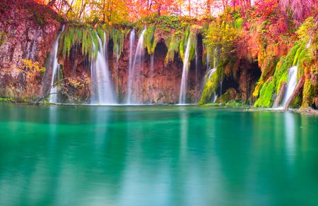 Le cascate di Plitvice in Croazia sono uno dei luoghi famosi famosi in Europa, molto belle. I getti d'acqua sullo sfondo dei boschi autunnali all'alba sono molto pittoreschi Archivio Fotografico
