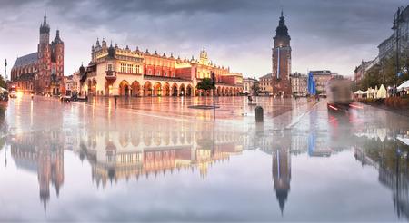Market Square con los famosos turistas de la arquitectura de Europa del Este y las vistas de la ciudad antigua. Otoño de Cracovia con una lluvia fría en el centro antes del comienzo del invierno Foto de archivo