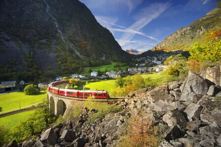 This is Brucio's viaduct, like a snake twisting into its own tail. Bernina is the highest railway corridor in Europe without gears, amid beautiful mountains and the city Banque d'images