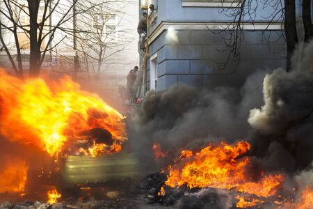 Civil conflict in society took the form of a violent confrontation between radical citizens of countries and the police and special forces, build barricades, burn tires and cars, throw stones Imagens