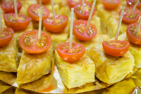 part of me: macro de un grupo de pincho de tortilla de patatas con tomates cherry Foto de archivo