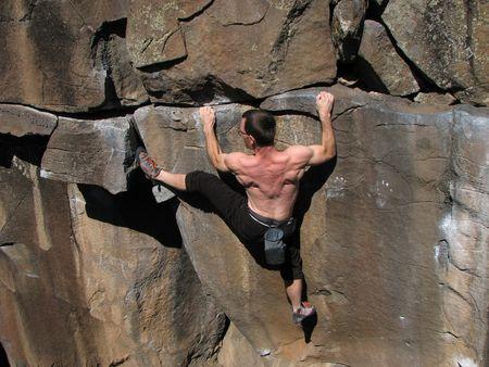 bouldering: Scalatore di pietra senza una corda ceppi a salire