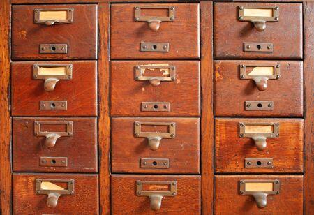 cajones: viejo cat�logo de fichas de madera con tira de lat�n y algunos antiguos yellowed etiquetas de papel en blanco  Foto de archivo