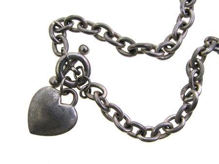 alt getragen Silber Herzen Reiz Armband isoliert in Wei�