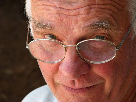 uno sorridendo gentilmente vecchio coetanei sopra i suoi occhiali