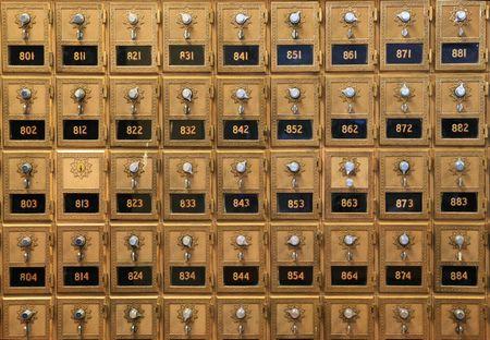 buzon: una serie de antiguas cajas de correo en una oficina de correos