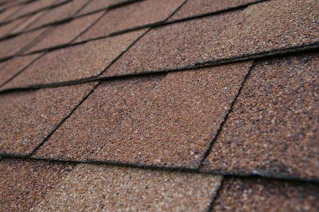 fiberglass: de cerca los detalles del techo de tejas marrones Foto de archivo