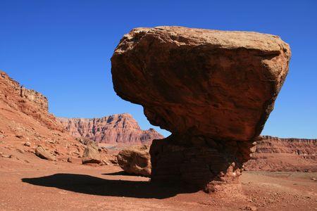 balanced sandstone boulder on shale pedestal in Arizona Banco de Imagens