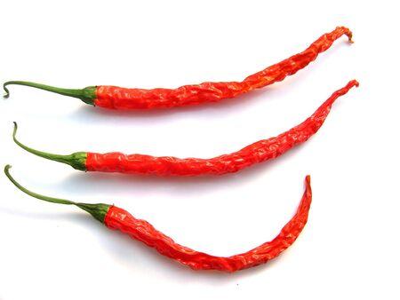 chiles secos: 3 chiles picantes rojos tailandés en un fondo blanco