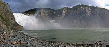 Panorama unten Virginia Falls, Nahanni Park, Northwest Territories, Kanada Lizenzfreie Bilder