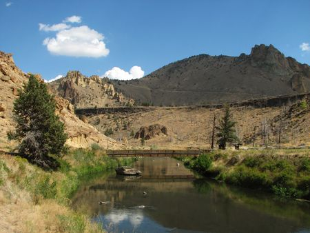 smith rock: footbridge over the crooked river, Smith Rock State Park, Oregon Stock Photo