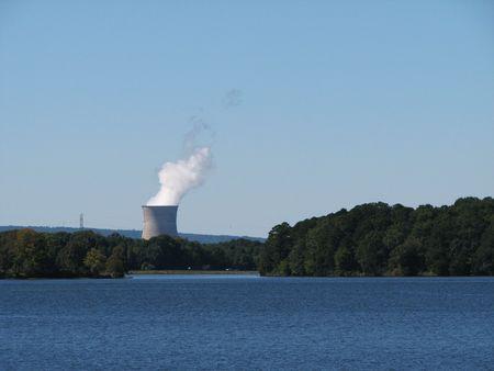 nuke plant: Vista distante de Arkansas una planta nuclear de torre de enfriamiento, Russelville, Arkansas Foto de archivo