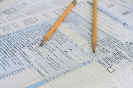 gesch�rft zwei Stifte sitzen am Steuer IRS Formen bereit, um Lizenzfreie Bilder