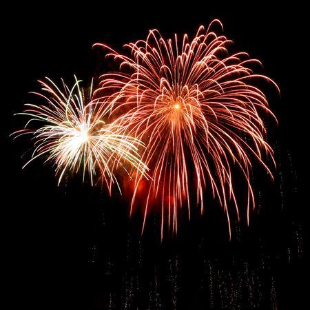lunga esposizione di pi� fuochi d'artificio nei confronti di un nero cielo Archivio Fotografico
