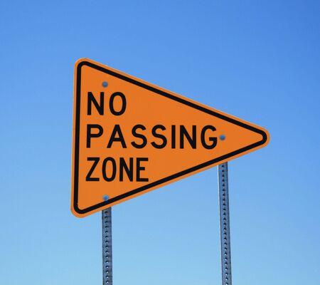 geen voorbijgaande zone road sign in geel en zwart op blauwe hemelachtergrond
