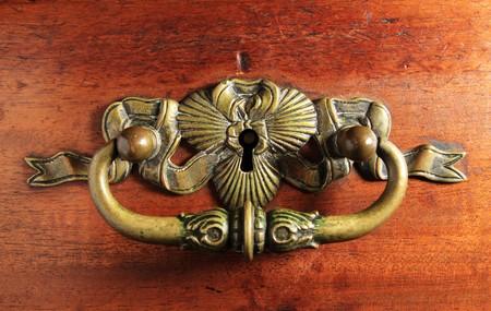 木製の引き出しにロック鍵穴と高級アンティーク真鍮引き出し