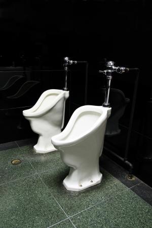 dos viejos urinarios p�blicos en un cuarto de ba�o hombres Foto de archivo - 4491481