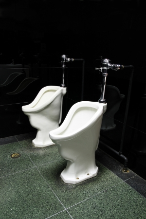 dos viejos urinarios públicos en un cuarto de baño hombres Foto de archivo - 4491481